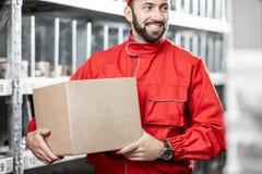 Trabajador de Warehouse con el paquete imágenes de archivo libres de regalías