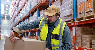 Trabajador de Warehouse que mira los paquetes almacen de video