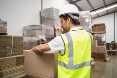 Trabajador de Warehouse que prepara un envío imagenes de archivo