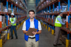 Trabajador de Warehouse que sostiene el tablero imágenes de archivo libres de regalías