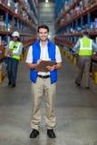 Trabajador de Warehouse que sostiene el tablero imagen de archivo libre de regalías