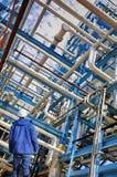 Trabajador del aceite y construcciones de las tuberías Imagenes de archivo