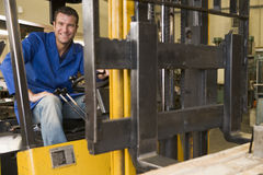 Trabajador del almacén en carretilla elevadora Foto de archivo libre de regalías