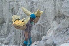 Trabajador del azufre, volcán de Kawah Ijen del soporte imagen de archivo