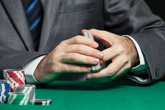 Trabajador del casino que mezcla tarjetas Foto de archivo