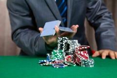 Trabajador del casino que mezcla tarjetas Imágenes de archivo libres de regalías