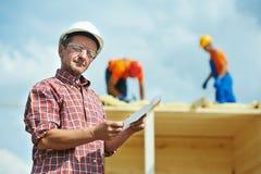 Trabajador del constructor de la construcción en el sitio imágenes de archivo libres de regalías