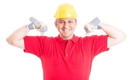 Trabajador del constructor o de construcción que actúa fuerte y potente Imágenes de archivo libres de regalías