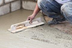 Trabajador del constructor que prepara el cemento Imagen de archivo libre de regalías