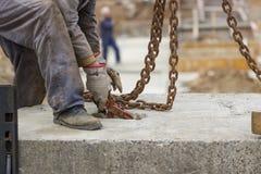 Trabajador del constructor que prepara el perfil concreto para la elevación de la grúa Foto de archivo