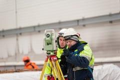 Trabajador del constructor del topógrafo con el teodolito Tobolsk Fotos de archivo libres de regalías