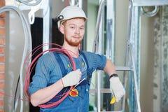 Trabajador del electricista con el cableado fotos de archivo