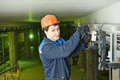 Trabajador del electricista en el cableado imagen de archivo libre de regalías