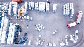 Trabajador del encargado del almacén con la carretilla elevadora Camión del cargamento aéreo imagenes de archivo