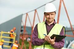 Trabajador del encargado de sitio del constructor en el emplazamiento de la obra