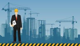 Trabajador del encargado del hombre del constructor en el fondo de los edificios de las construcciones Profesiones de la construc Fotografía de archivo libre de regalías