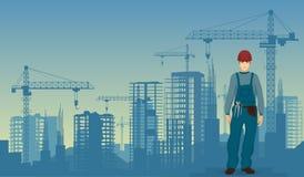 Trabajador del hombre del constructor en el fondo inferior de los edificios de la construcción Fotos de archivo libres de regalías