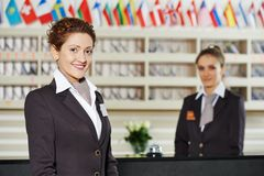 Trabajador del hotel en la recepción Fotografía de archivo libre de regalías