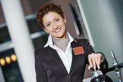 Trabajador del hotel en la recepción Foto de archivo libre de regalías