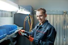 Trabajador del mecánico de automóviles en garaje fotografía de archivo libre de regalías