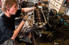 Trabajador del mecánico que revisa el coche Imagen de archivo libre de regalías