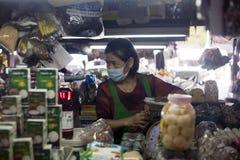 Trabajador del mercado en Chiang Mai, Tailandia Fotos de archivo libres de regalías
