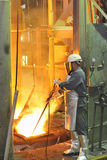 Trabajador del molino con acero caliente foto de archivo libre de regalías