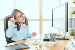 Trabajador del negocio de la niña que se sienta en lugar de trabajo Fotografía de archivo libre de regalías