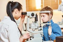 Trabajador del oftalmólogo o del optometrista Fotos de archivo