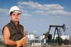 Trabajador del petróleo en campo petrolífero Foto de archivo