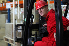 Trabajador del programa piloto en uniforme y casco de seguridad rojos imagen de archivo