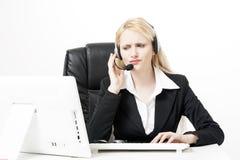 Trabajador del servicio de atención al cliente de la mujer, operador de centro de atención telefónica con las auriculares del tel Fotos de archivo libres de regalías