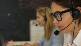 Trabajador del servicio de atención al cliente de la mujer, operador sonriente del centro de atención telefónica almacen de metraje de vídeo
