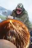Trabajador del soldador con el cortador de la antorcha de la llama Foto de archivo