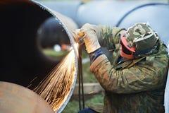 Trabajador del soldador con el cortador de la antorcha de la llama Imagen de archivo libre de regalías