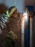 Trabajador del soldador del arco en la construcción metálica de la soldadura de la máscara protectora Imágenes de archivo libres de regalías