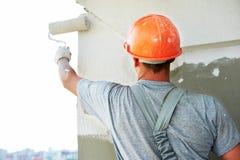 Trabajador del yesero de la fachada del constructor