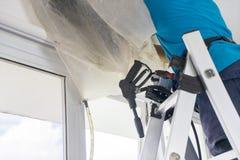 Trabajador desconocido que lava un acondicionador de aire fotos de archivo libres de regalías