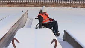 Trabajador discapacitado en el pulgar de la demostración de la silla de ruedas para arriba almacen de metraje de vídeo