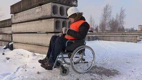 Trabajador discapacitado en la silla de ruedas que conduce y que escribe almacen de video