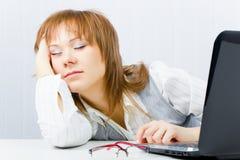Trabajador, dormido en una computadora portátil Foto de archivo libre de regalías
