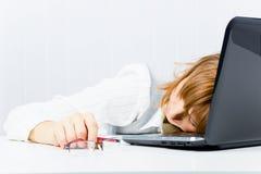 Trabajador, dormido en una computadora portátil Imagen de archivo libre de regalías