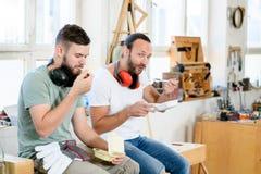 Trabajador dos en el taller de un carpintero que toma una rotura fotos de archivo