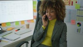 Trabajador elegante alegre que habla en el teléfono almacen de video