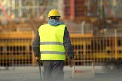 Trabajador en amarillo en el emplazamiento de la obra Fotos de archivo libres de regalías