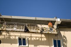 Trabajador en andamio Foto de archivo libre de regalías