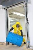 Trabajador en barril uniforme protector del balanceo Imágenes de archivo libres de regalías