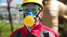 Trabajador en casco, gafas y respirador en la estación del electropower metrajes