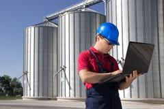 Trabajador en compañía del silo Fotos de archivo
