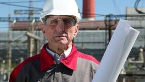 Trabajador en el casco blanco en la central eléctrica metrajes